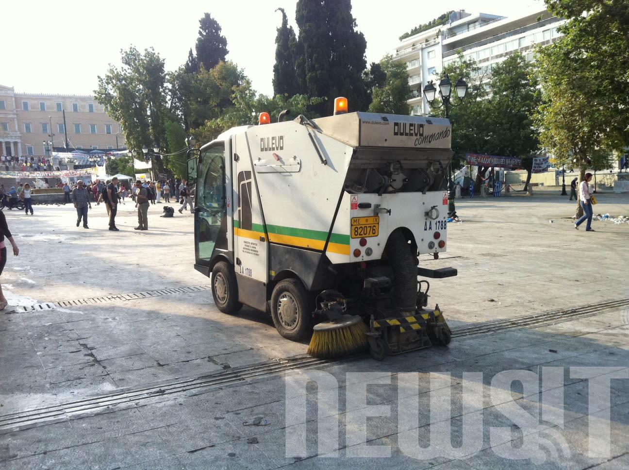 ΩΡΑ 08.30 Σκούπα του Δήμου καθαρίζει την πλατεία