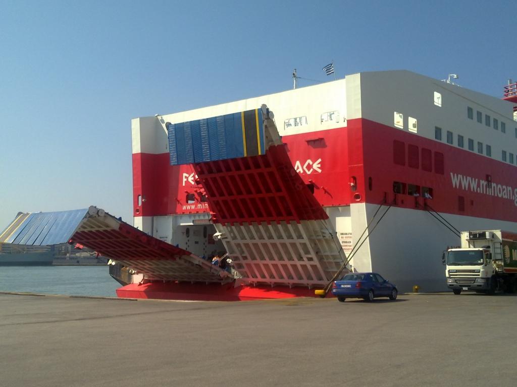 Τα  μέλη του πληρώματος σηκώνουν προληπτικά τον καταπέλτη στο πλοίο που θα  αναχωρήσει αργότερα για Κρήτη ΦΩΤΟ NEWSIT