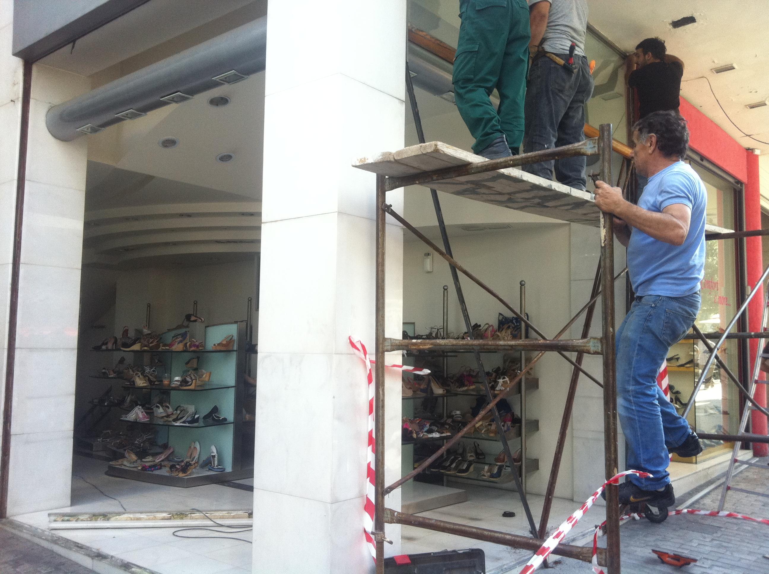Οι σκαλωσιές στήθηκαν για την... ανακαίνιση που επέβαλαν οι κουκουλοφόροι