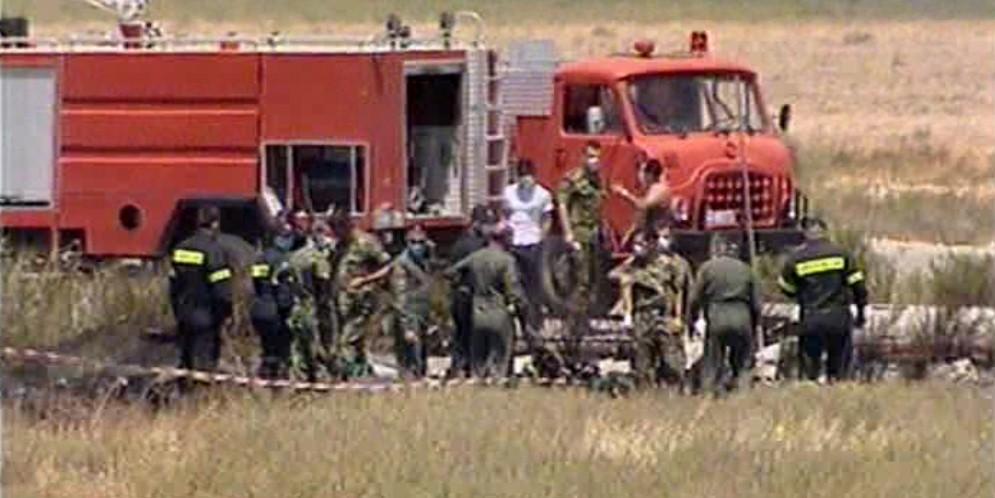 Ανδρες  της πυροσβεστικής δίπλα στα συντρίμμια του ελικοπτέρου