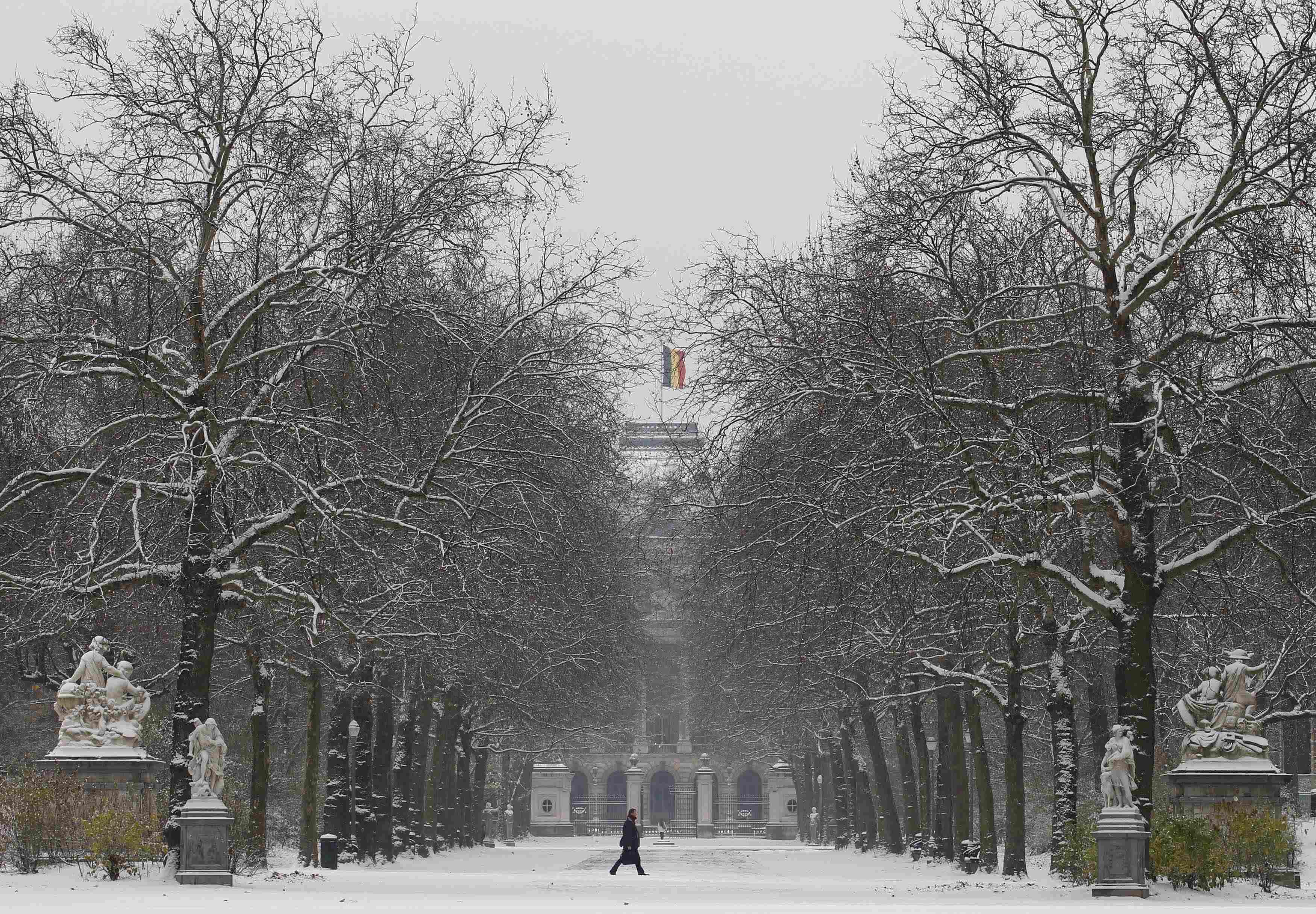Περίπατος στο πάρκο μπροστά από το παλάτι στις Βρυξέλλες - ΦΩΤΟ REUTERS