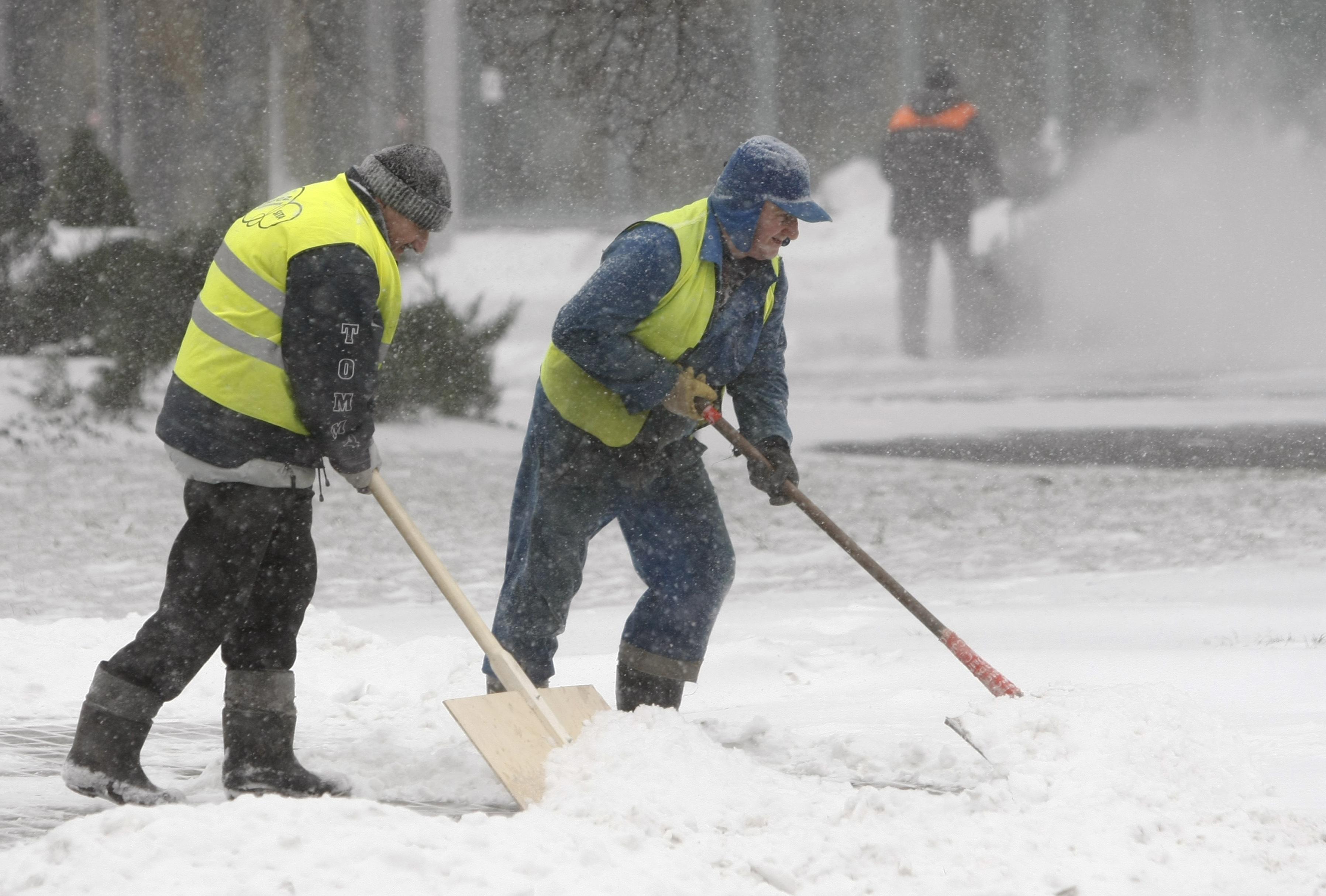 Εργάτες στην Πολωνία προσπαθούν να καθαρίσουν τους δρόμους - ΦΩΤΟ REUTERS