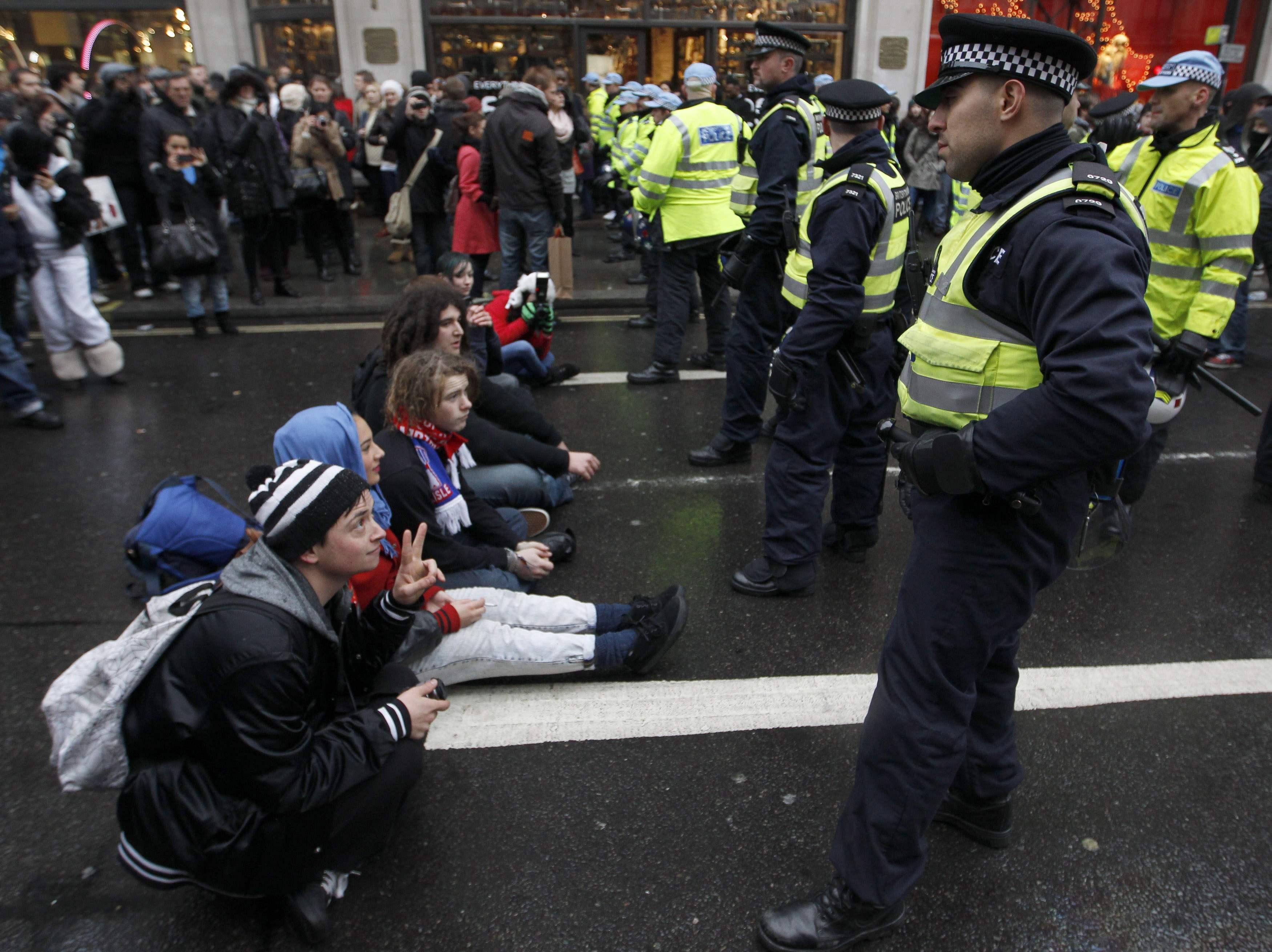 Αστυνομία και διαδηλωτές σε θέσεις μάχεις - ΦΩΤΟ REUTERS