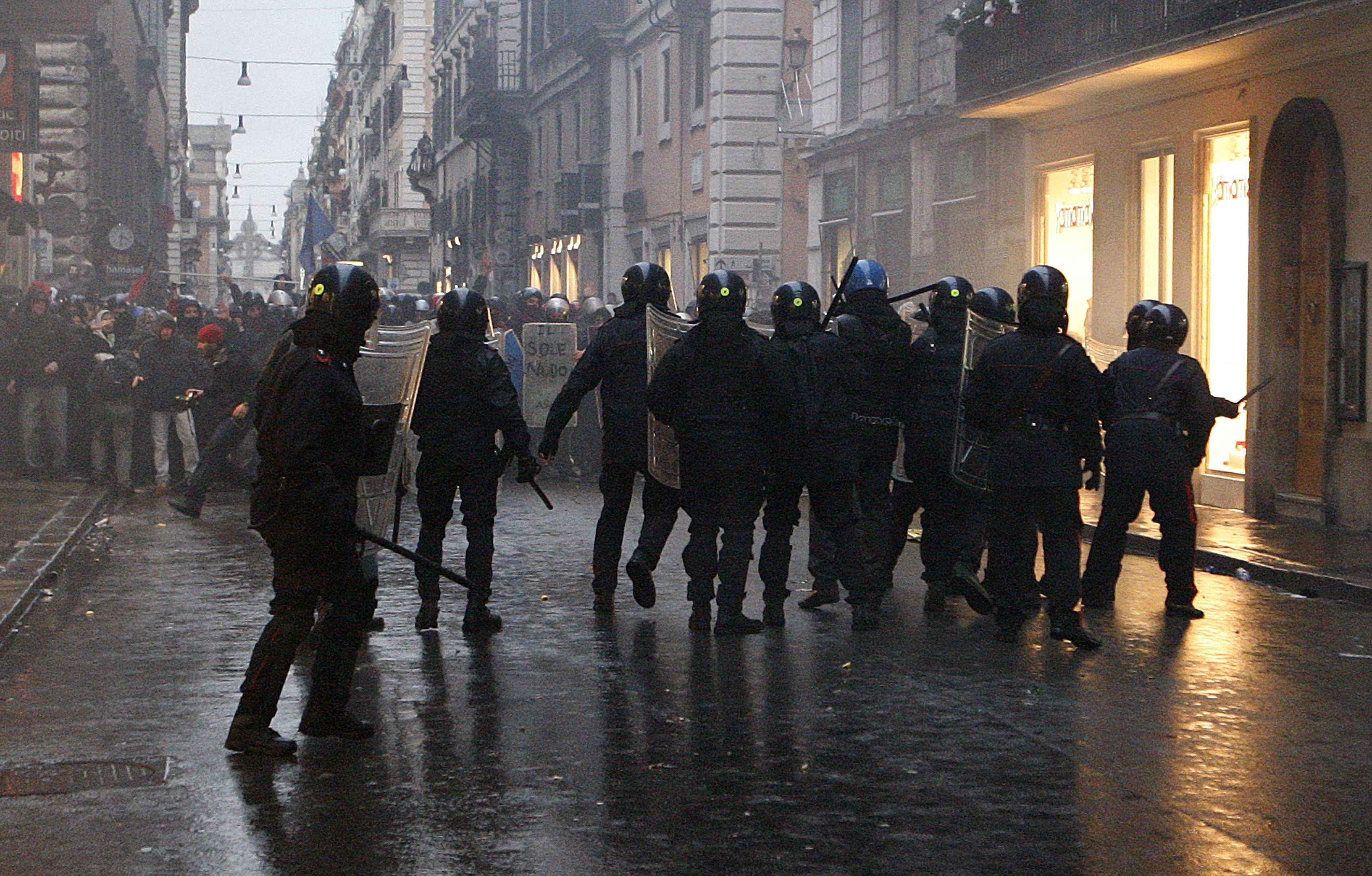 Δακρυγόνα, γκλοπ και η μάχη... αρχίζει - ΦΩΤΟ REUTERS