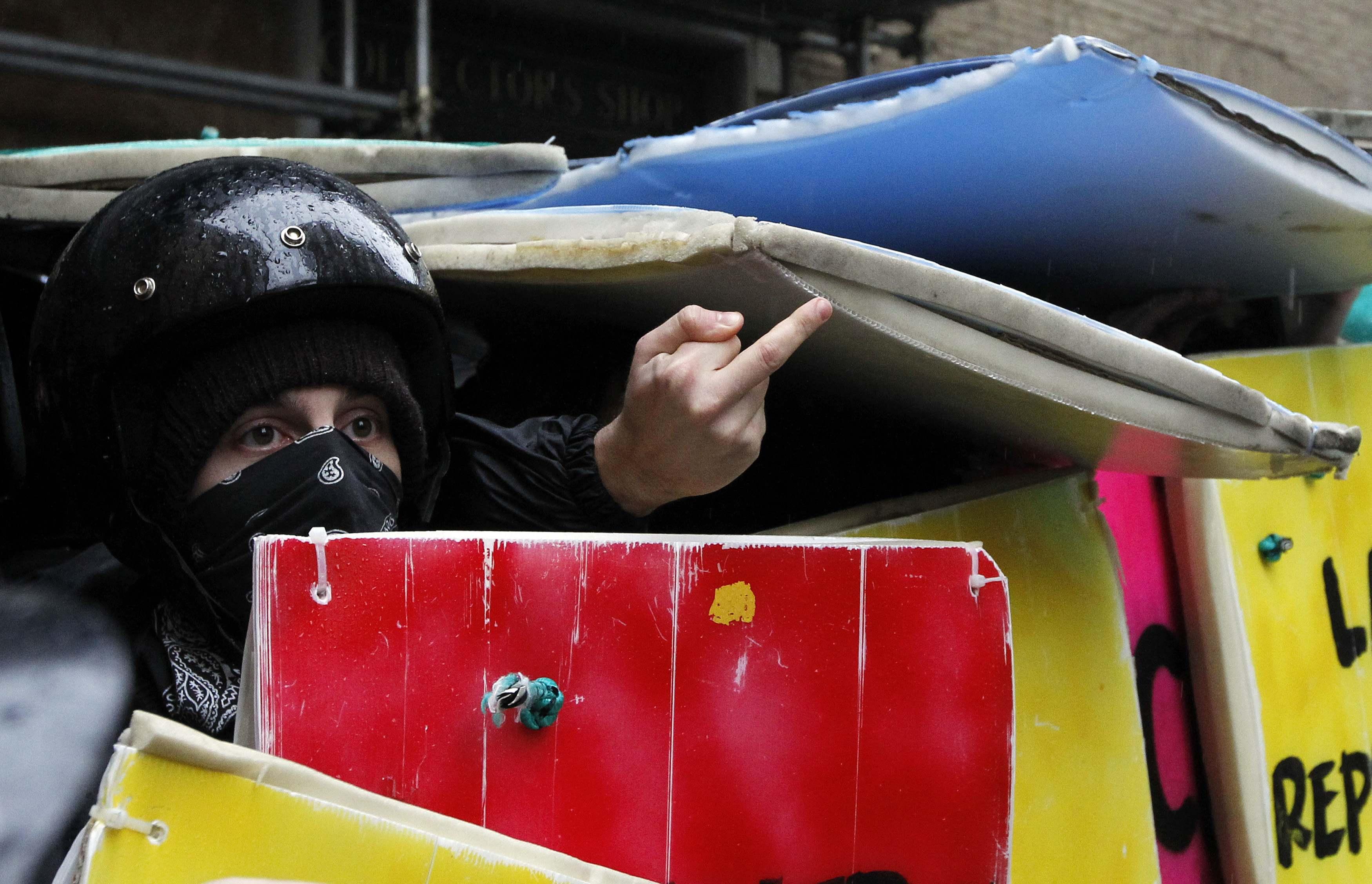Ξεκάθαρο το μήνυμα του φοιτητή προς τους αστυνομικούς στη Ρώμη - ΦΩΤΟ REUTERS