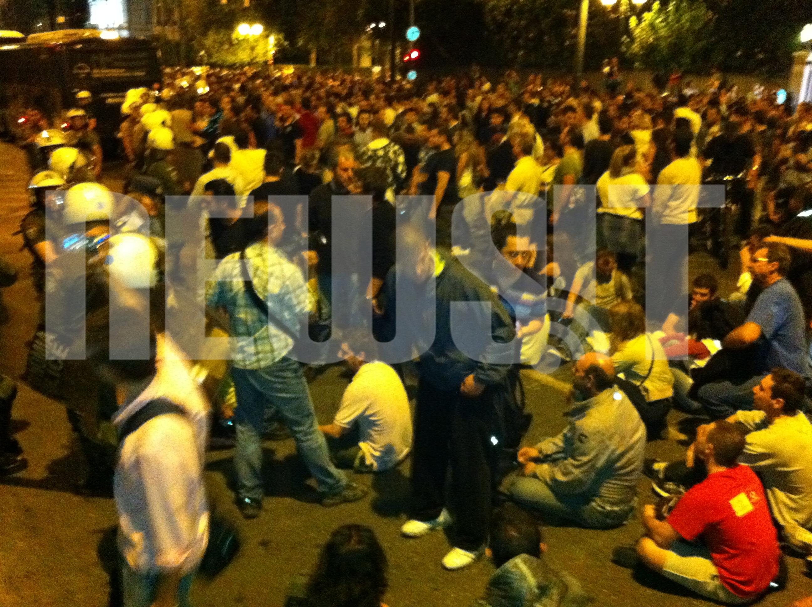 Oι διαδηλωτές στη Βασιλίσσης Σοφίας έχουν κλείσει την είσοδο της Βουλής