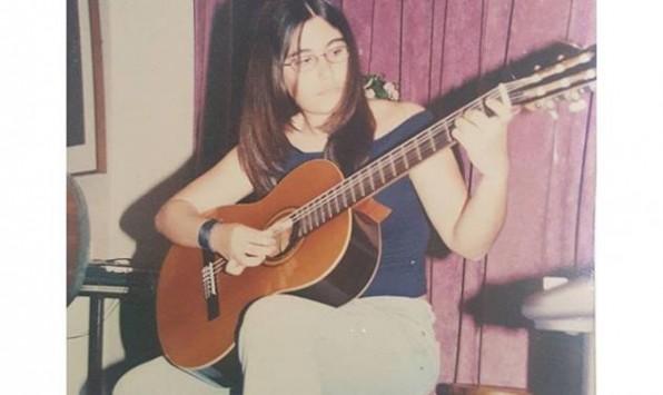 Aγνώριστη στα 15 της η Ελληνίδα τραγουδίστρια που είναι ίδια η μαμά της! Φωτογραφίες