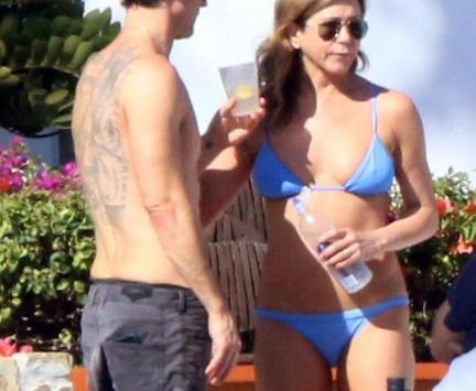 Jennifer Aniston: Στα 48 της με μικροσκοπικό μπικίνι, βάζει κάτω 20αρες! [pics]
