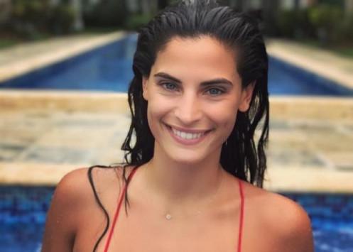 Χριστίνα Μπόμπα: Κάνει yoga μπροστά στην πισίνα στον Άγιο Δομίνικο