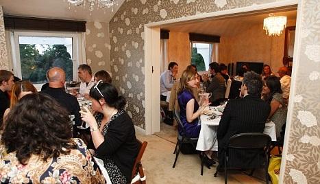 Αυτό είναι το σαλόνι-αίθουσα εστιατορίου του Gavin και της Alison στο κέντρο του Λονδίνου