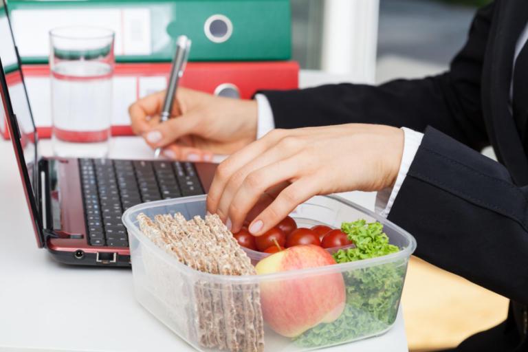 Κάνετε δίαιτα; Δείτε τι να παίρνετε για εύκολο και υγιεινό σνακ στην δουλειά | Newsit.gr