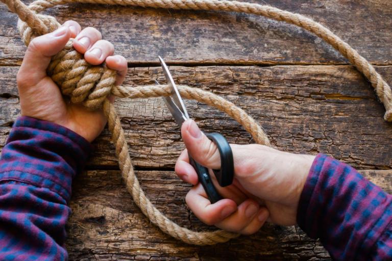 Πώς θα καταλάβετε αν κάποιος κάνει σκέψεις για αυτοκτονία – Όλα τα σημάδια | Newsit.gr