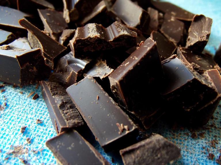 Πώς η μαύρη σοκολάτα συνδέεται με καρδιακά και εγκεφαλικό | Newsit.gr