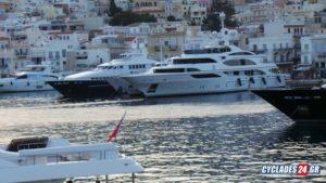 Σύρος: Το λιμάνι γέμισε θαλαμηγούς – Σε διαρκή επαγρύπνιση τα πληρώματά τους [pic, vid]