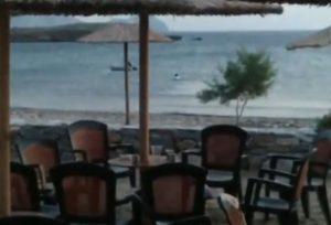 Σύρος: Έπεσε με τα ρούχα στη θάλασσα αλλά ατύχησε – Ο αέρας πήρε το φουσκωτό [vids]