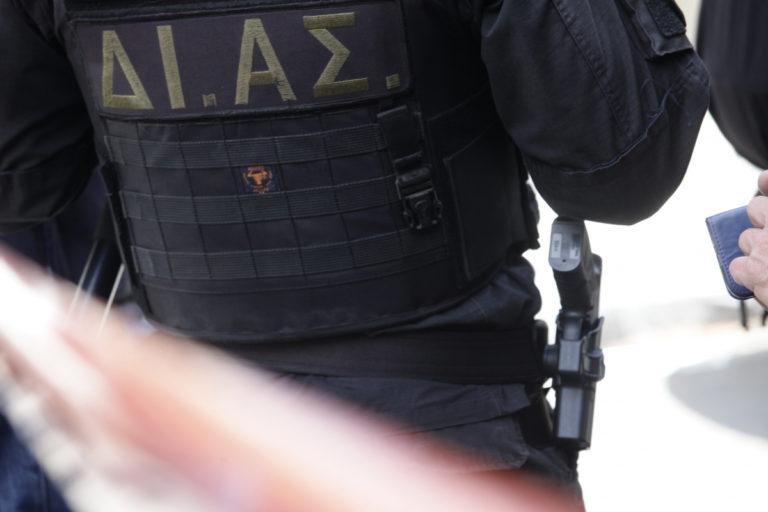 Φρουρά! Τράκαρε μηχανή της ΔΙΑΣ με περιπολικό την ώρα καταδίωξης! | Newsit.gr