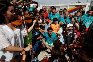 Τραγούδησαν για την Μπαρτσελόνα στο κέντρο φιλοξενίας προσφύγων στη Λέσβο [pics, vid]