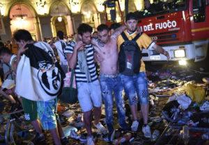 Στους 1000 ανήλθαν οι τραυματίες από τον πανικό στο Τορίνο! [vids, pics]