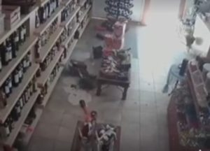 Σεισμός – Μυτιλήνη: Νέο αποκαλυπτικό βίντεο ντοκουμέντο μέσα από κάβα την ώρα του τρόμου [vid]