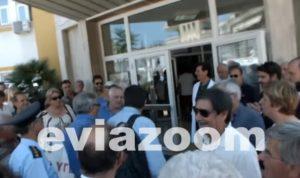 Χαλκίδα: Με πανό και συνθήματα υποδέχτηκαν τον Υπουργό Υγείας