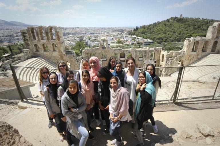 Χαμόγελα, selfies και αγκαλιές σε μια διαφορετική ξενάγηση στην Ακρόπολη [pics, vid] | Newsit.gr