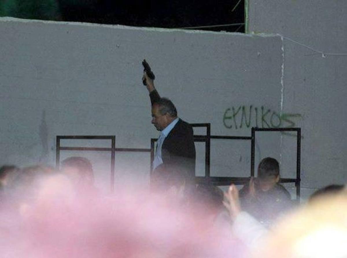 Σοκ: Ο αντιδήμαρχος της Φυλής με όπλο σε σχολείο – Τι λέει ο ίδιος | Newsit.gr