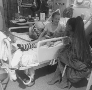 Συγκίνηση! Η Αριάνα Γκράντε δίπλα στους τραυματίες της τρομοκρατικής επίθεσης [pics]