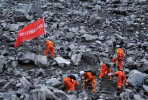 Κίνα: Τουλάχιστον 6 νεκροί και 100 αγνοούμενοι στην τεράστια κατολίσθηση [pics]