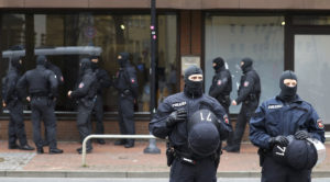 """Οδηγός έπεσε με αυτοκίνητο σε πλήθος, στο Μπότροπ – Ακροδεξιά επίθεση """"βλέπουν"""" οι αρχές"""