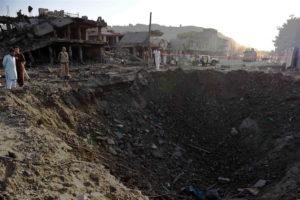 Απίστευτη εικόνα! Τεράστιος κρατήρας από τη βόμβα που σκόρπισε τον θάνατο στην Καμπούλ