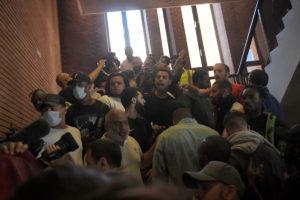 Λονδίνο: «Ντου» εξαγριωμένων διαδηλωτών στο δημαρχείο του Κέσινγκτον! [vids, pics]