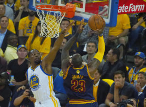 "NBA: Τρομερός Λεμπρόν Τζέιμς! ""Κάρφωσε"" και τον ΜακΓκι [vid]"