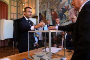 Γαλλία – Βουλευτικές εκλογές: Ψήφισε ο Μακρόν… άνευ Μπριζίτ! Στα τάρταρα η συμμετοχή!