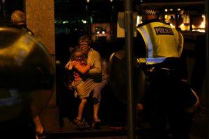 Λονδίνο: Ουρλιαχτά πόνου και αίματα! «Βοήθεια με μαχαίρωσαν»