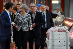 Εκλογές – Βρετανία: Γιούχα στη Μέι! [pics, vid]