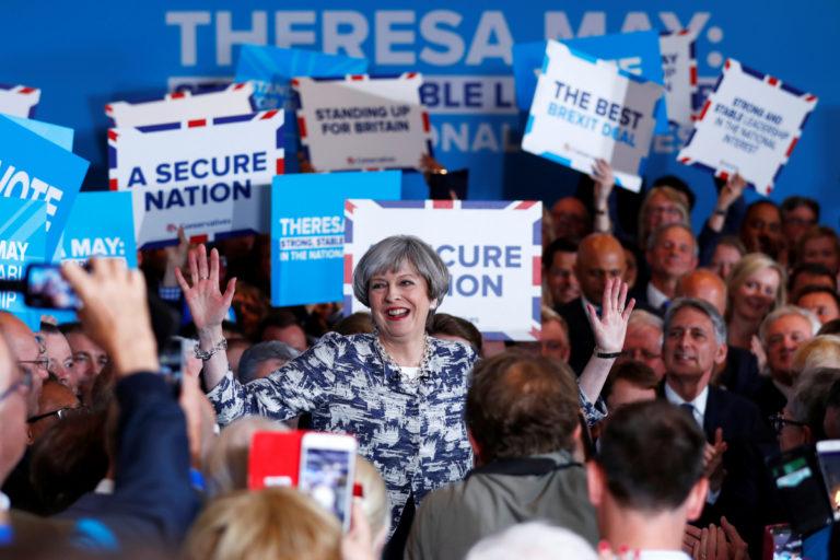 Βρετανία – Εκλογές: Μειώθηκε το προβάδισμα της Μέι λίγες ώρες πριν ανοίξουν οι κάλπες | Newsit.gr