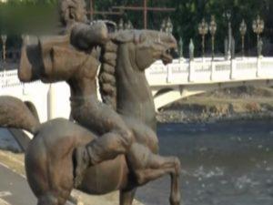 """Σκόπια: Απεταξάμην τον Μεγάλο Αλέξανδρο! Ρίχνουν τα αγάλματα του – Τέλος στο """"εθνικιστικό κιτς"""""""