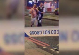 Λονδίνο: Σοκαριστικό βίντεο! Δημοσιογράφος μαχαιρωμένος στο λαιμό μεταφέρεται στο νοσοκομείο