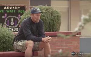 Άστεγος βρήκε 3.000 δολάρια και τα παρέδωσε στην Αστυνομία!