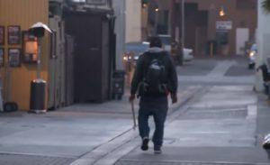 Προσποιούταν τον άστεγο και μετά πήγαινε…σπίτι του! [vid]
