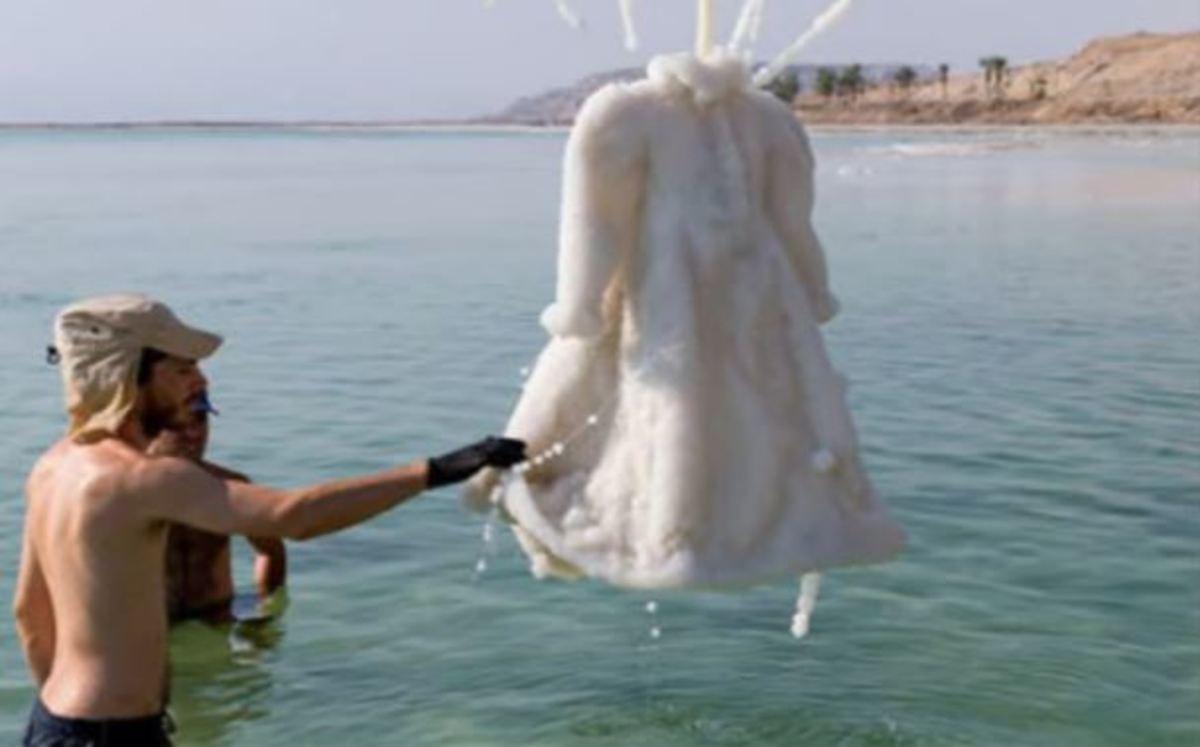 Άφησε φόρεμα στη Νεκρά Θάλασσα για 2 χρόνια. Το αποτέλεσμα δεν το περίμενε κανείς | Newsit.gr