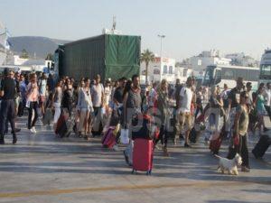 Πάρος: Χαμός στο λιμάνι με τους εκδρομείς του Αγίου Πνεύματος
