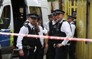 Λονδίνο: Η στιγμή που πιάνουν ύποπτο από το πόδι! [vid]
