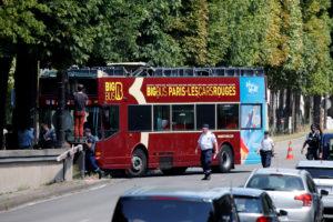 Τροχαίο με τουριστικό λεωφορείο στην «καρδιά» του Παρισιού – Τουλάχιστον 4 τραυματίες [pics]
