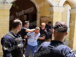 Πρέβεζα: Προφυλακίστηκε ο 34χρονος με το σκεπάρνι – Επιτέθηκε και έφτυσε δημοσιογράφους [pics]