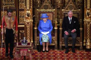 Βασίλισσα Ελισάβετ: Πρώτη φορά χωρίς στέμμα από το 1974! [pics, vids]