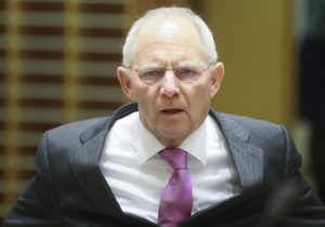 «Ο Σόιμπλε να σταματήσει να διαφωνεί με την ελάφρυνση χρέους της Ελλάδας»