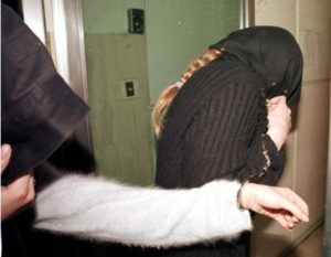 Θεσσαλονίκη: Έκλεψαν γκαραζόπορτα από βενζινάδικο – »Βροχή» συλλήψεων από αστυνομικούς!