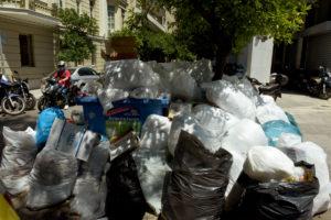 Σκουπίδια: Παραμένουν στους δρόμους! Άκαρπες οι συζητήσεις Σκουρλέτη με τους συμβασιούχους