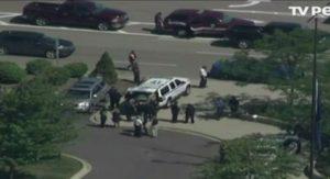 Τρόμος στο αεροδρόμιο του Μίσιγκαν – «Ένας αστυνομικός ήταν γεμάτος αίματα και στο πάτωμα ήταν ένα μαχαίρι»